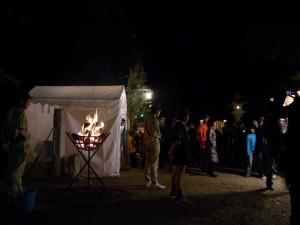 篝火の番はボーイスカウトの子供達。寒い中お疲れさま!