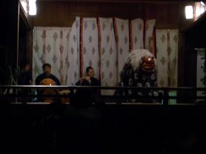 本殿脇の小さい舞台で獅子舞がはじまります