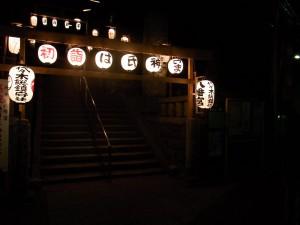 暗闇に提灯の明かりで浮かび上がる代々木八幡宮の参道